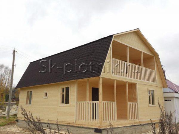каркасный дом с крыльцом и балконом